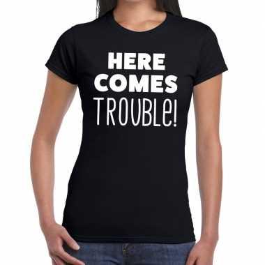 Fun t shirt here comes trouble zwart dames