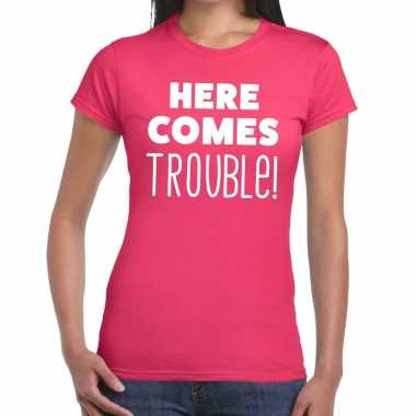 Here comes trouble fun t shirt roze dames