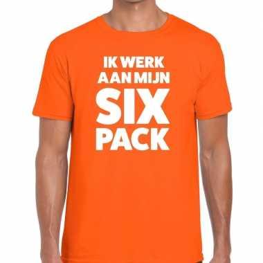 Ik werk aan mijn six pack fun t shirt oranje heren