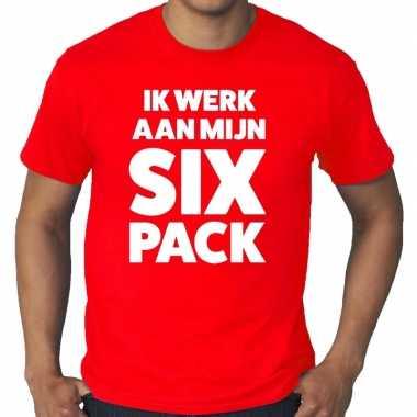 Ik werk aan mijn six pack fun t shirt rood heren