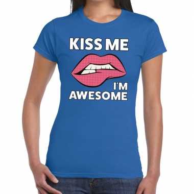 Kiss me i am awesome blauw fun t shirt dames