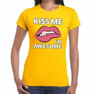 Kiss me i am awesome geel fun t shirt dames
