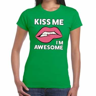 Kiss me i am awesome groen fun t shirt dames