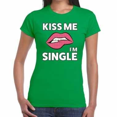 Kiss me i am single groen fun t shirt dames