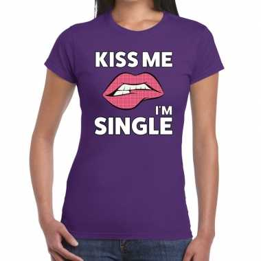 Kiss me i am single paars fun t shirt dames