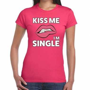 Kiss me i am single roze fun t shirt dames