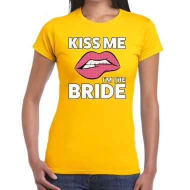 Kiss me i am the bride geel fun t shirt dames