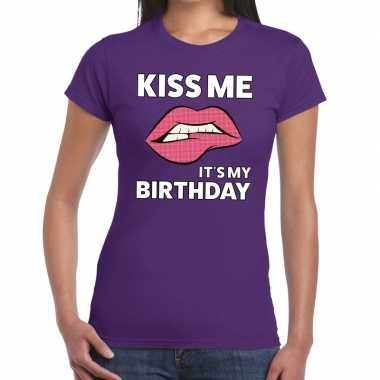 Kiss me it is my birthday paars fun t shirt dames