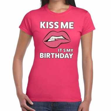 Kiss me its my birthday roze fun t shirt dames