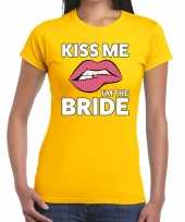Kiss me i am the bride geel fun t-shirt dames